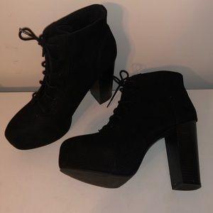 Black heeled bootiee